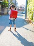 通学する少女