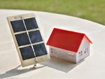 ソーラーパネルと家の模型