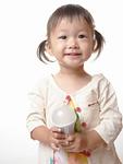 LED電球を持つ女の子
