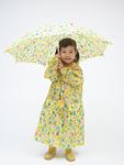 雨合羽を着て傘をさす女の子