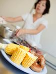 皿にのった野菜と食事の準備をする主婦