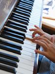 ピアノを弾く子供の手元