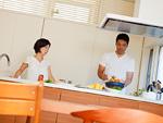 食事の準備をする夫婦
