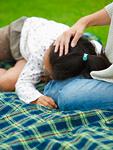 膝枕で寝る女の子