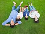 芝生に寝転ぶ親子