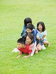 芝生の上で遊ぶ子供たち