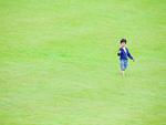 芝生を歩く男の子