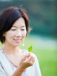 葉を持つ女性