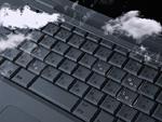 雲とパソコンのキーボード