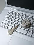 鍵穴のついたパソコンのキーボードと鍵