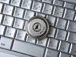 鍵穴のついたパソコンのキーボード