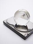 ハードディスクの上にのったガラスの地球