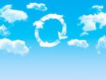雲の浮かぶ青空と矢印