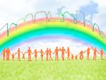 虹の下で手をつなぐ人々
