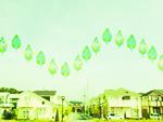 住宅街の上に浮かぶ葉
