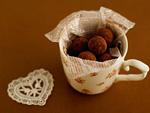 マグカップに入ったトリュフチョコレート