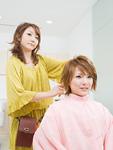ヘアセットする美容師