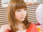 髪型を確認する若い女性