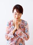 祈るシニアの女性