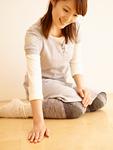 床を触る女性(床暖房イメージ)