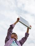 ソーラーパネルを持つ男の子