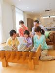 タブレットPCを見る三世代家族