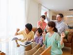 リビングでテレビ鑑賞をする三世代家族