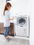 洗濯をするミドルの女性