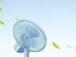 扇風機と空に舞う葉