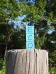 丸太の上に置かれたecoのブロック