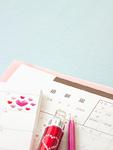 婚姻届とハートのシールを貼ったスケジュール帳