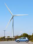 風力発電の風車と乗用車