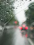窓越しに見る雨の街角