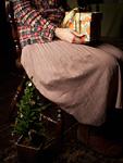ギフトボックスを持つ女性とクリスマスツリー