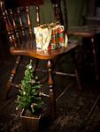 クリスマスツリーと椅子の上に置かれたギフトボックス