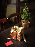メッセージカードとギフトボックスとクリスマスツリー