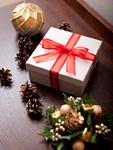 ギフトボックスとクリスマス飾り