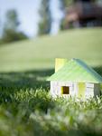 芝生に置かれた家のミニチュア