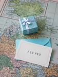 地図の上のギフトボックスと手紙