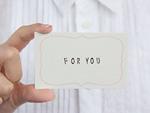 メッセージカードを持つ手