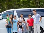 自動車の横に並ぶ大家族