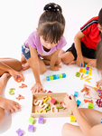 知育玩具で遊ぶ子供たち