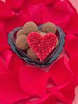 花びらとハートの器に入ったチョコレート