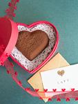 ハート形のチョコレートとラブレター