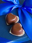 青いギフトボックスとハート形のチョコレート