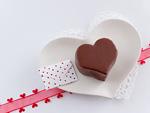 ハート形のチョコレートケーキとメッセージカード
