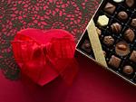 ハート形のギフトボックスとチョコレートの詰め合わせ