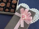 ギフトボックスとチョコレートの詰め合わせ