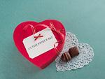 ハート形のギフトボックスとチョコレート