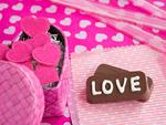 """""""Love""""の文字が入ったチョコレートとギフトボックス"""